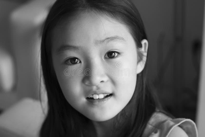 Menina asiática pequena do retrato preto e branco imagens de stock