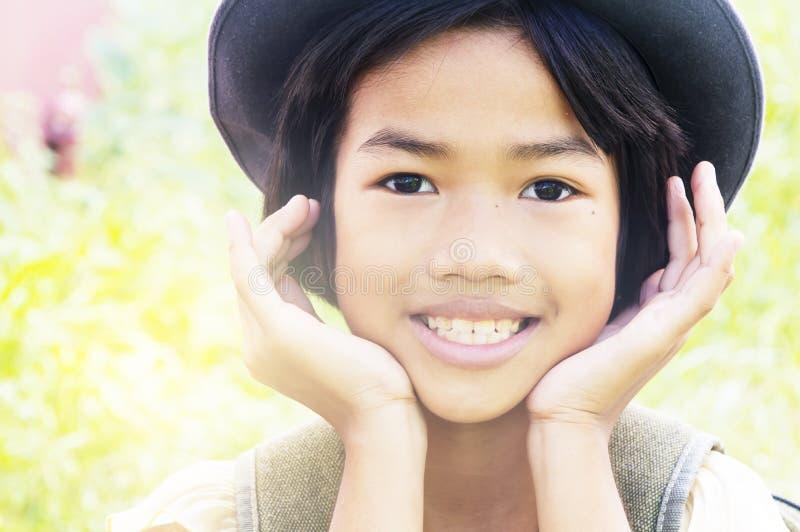 A menina asiática pequena feliz aprecia jogar fotos de stock