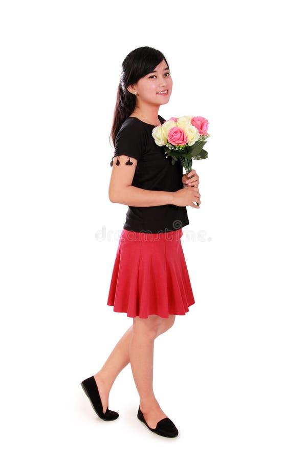 Menina asiática que anda, comprimento completo da dama de honra sobre o branco imagem de stock