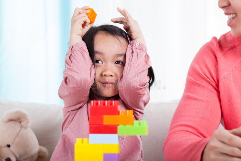 Menina asiática que joga com blocos imagem de stock