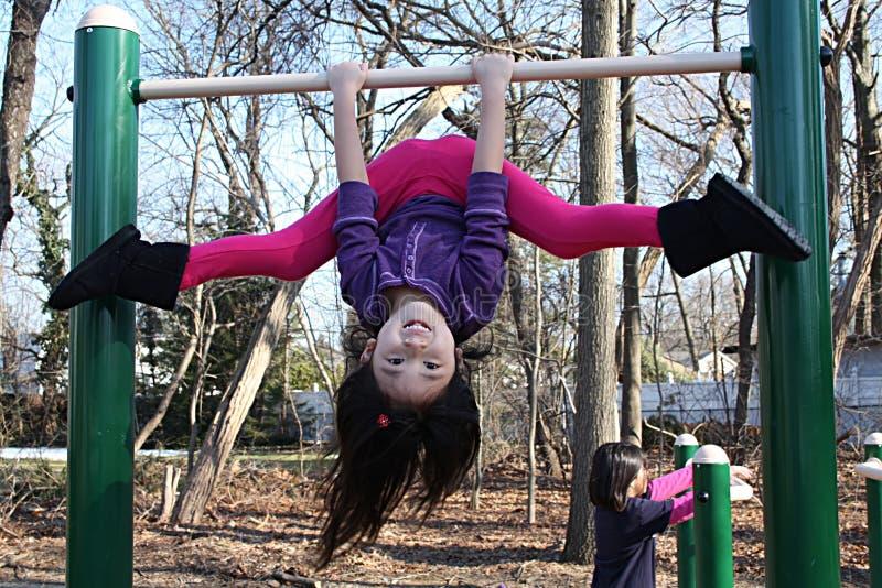 Menina asiática que joga em barras foto de stock royalty free