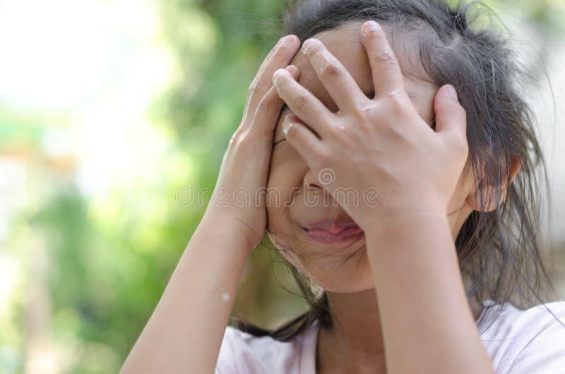 Menina asiática que lava sua cara com fundo do bokeh foto de stock royalty free