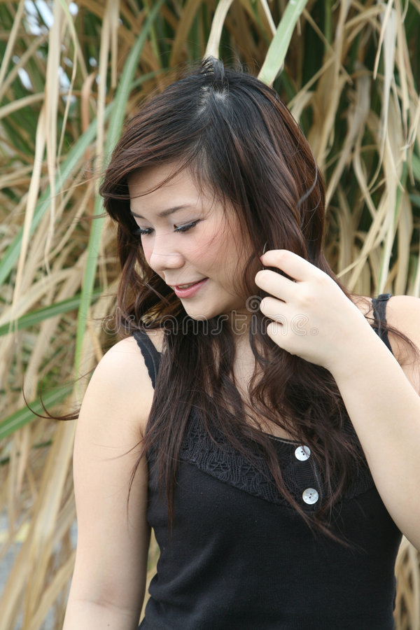 Menina asiática que olha ao lado fotos de stock