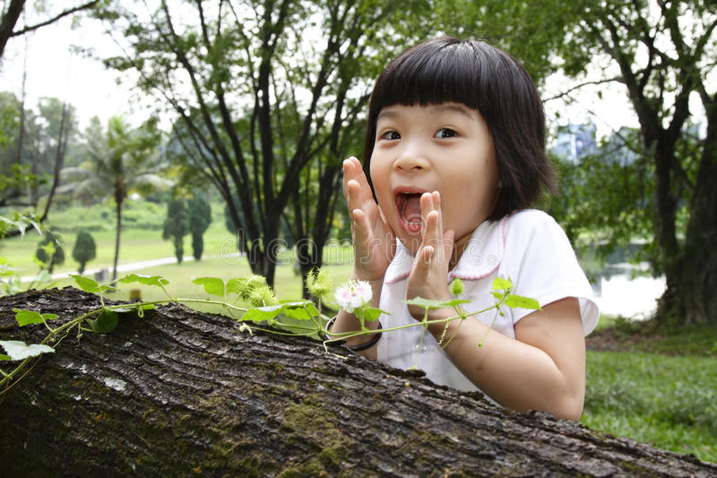 Menina asiática que olha choc e feliz fotografia de stock
