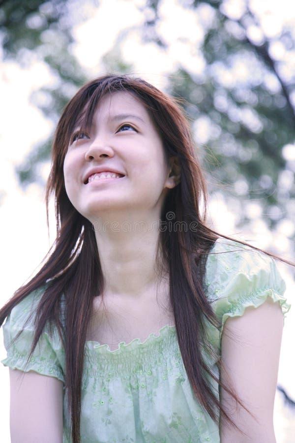 Menina asiática que olha o visor imagem de stock