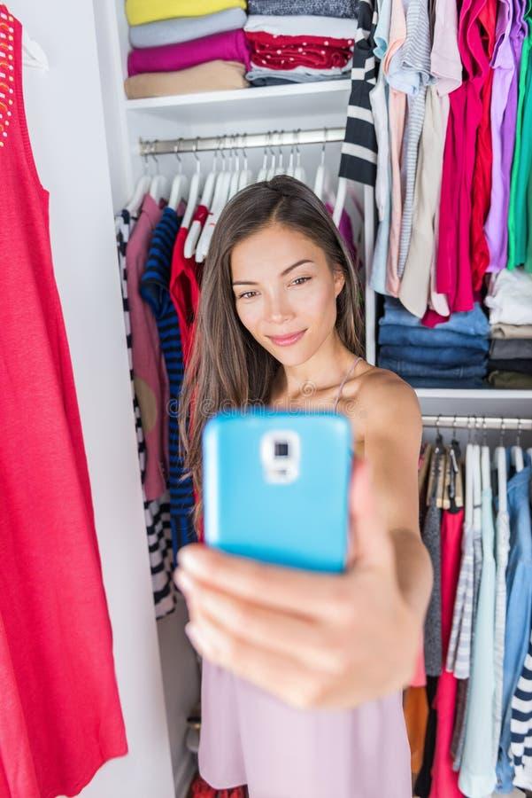 Menina asiática que toma o selfie do equipamento no armário do quarto foto de stock royalty free