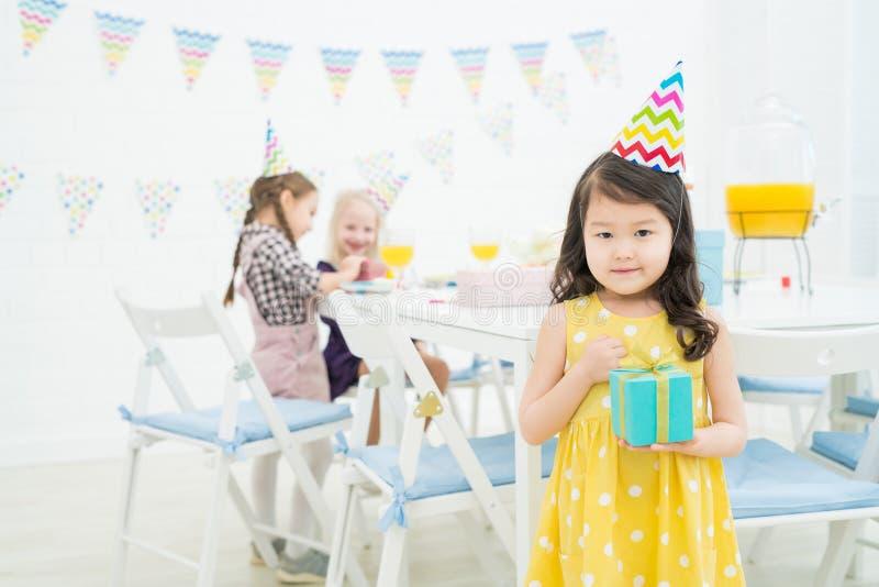 Menina asiática satisfeita com caixa de presente imagem de stock