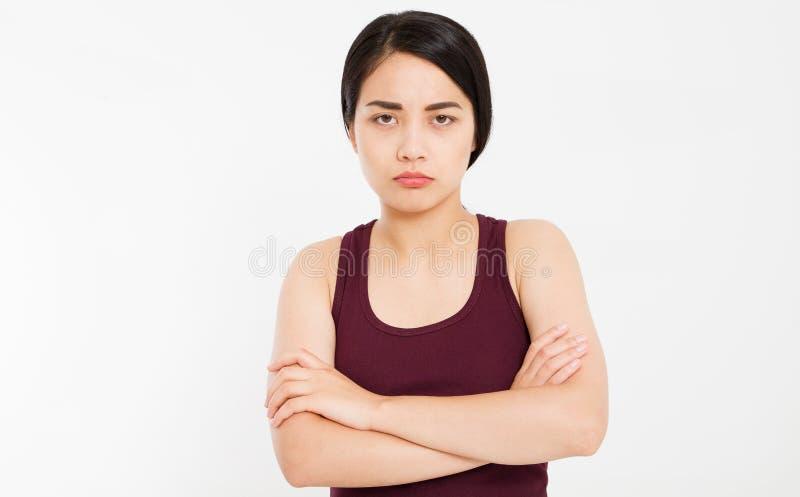 Menina asiática triste irritada com os braços cruzados no fundo branco - o retrato da mulher ofendida com braços cruzou a vista d fotos de stock royalty free