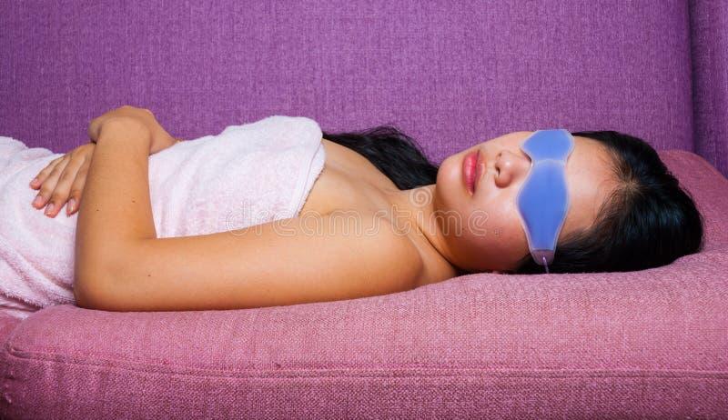 Menina Asiático-Tailandesa bonito com máscara do gel dos olhos imagens de stock royalty free