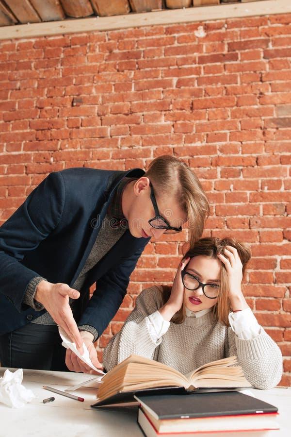 Menina assustado do estudante que escuta o professor imagem de stock royalty free
