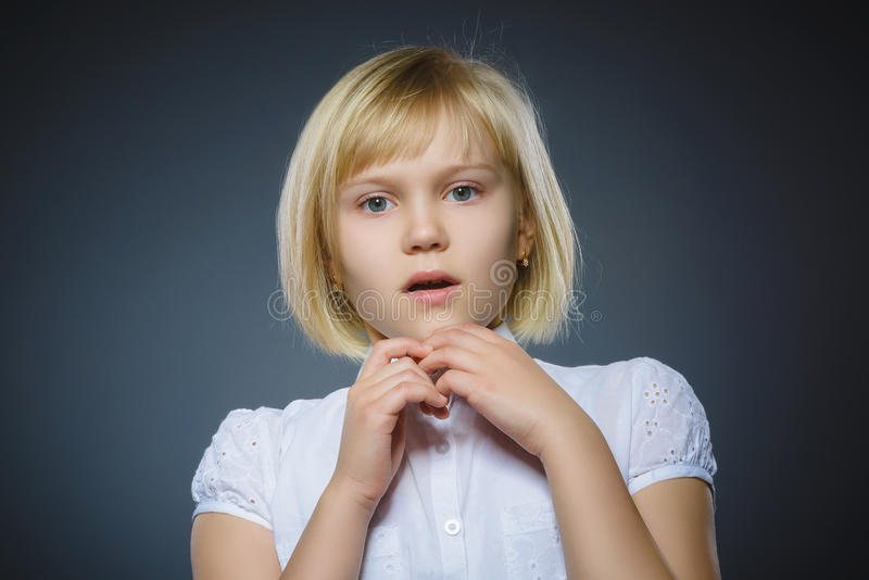 Menina assustado e chocada do close up Expressão humana da cara da emoção fotografia de stock royalty free