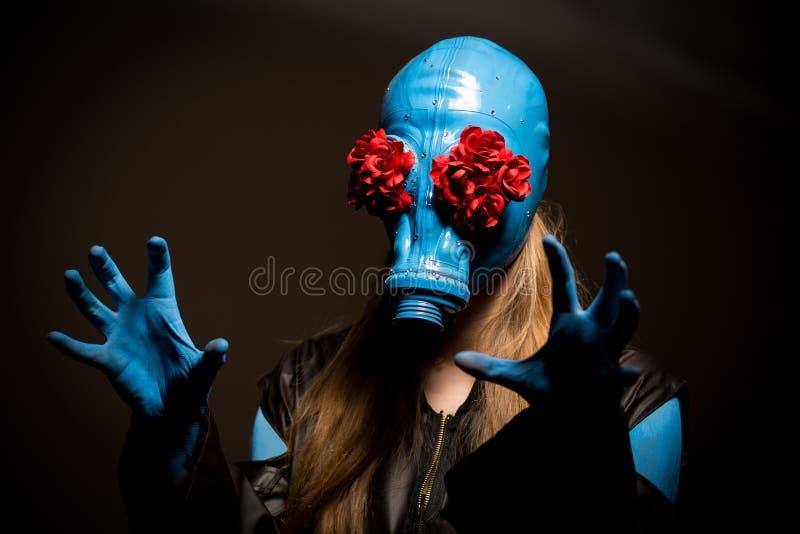 Menina assustador com pele azul e em uma máscara de gás imagens de stock royalty free