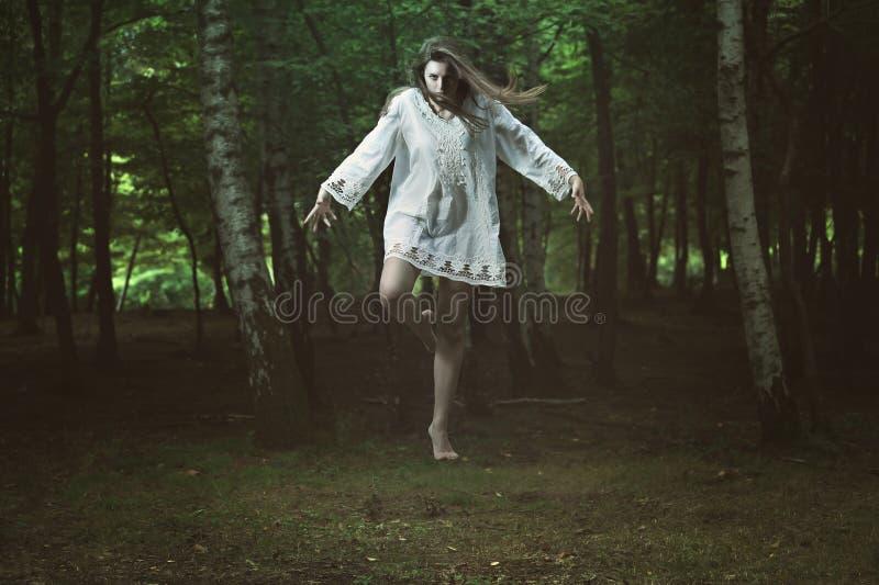 Menina assustador com poder escuro imagens de stock