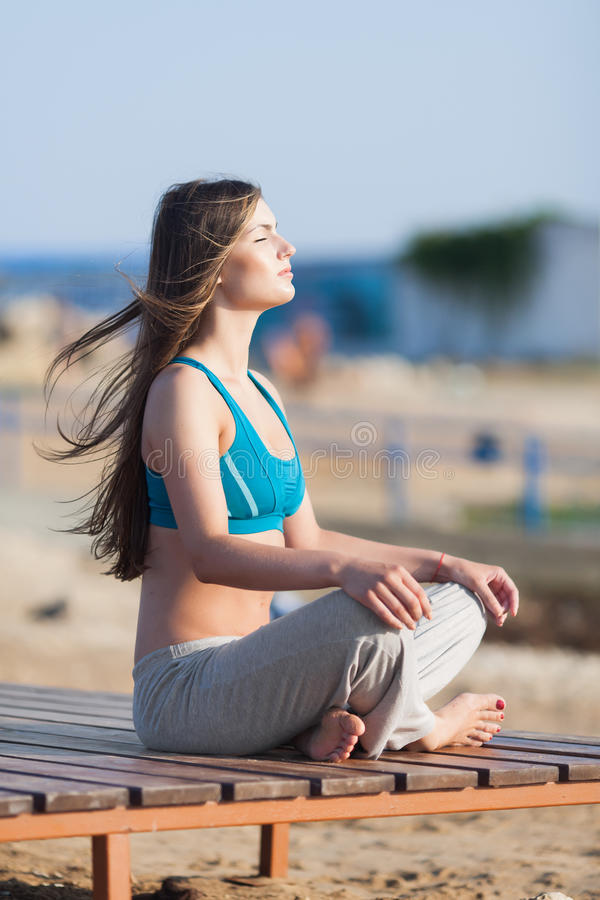 Menina atlética na praia imagem de stock