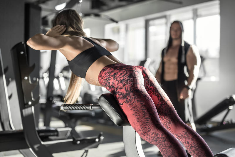 Menina atlética no gym foto de stock