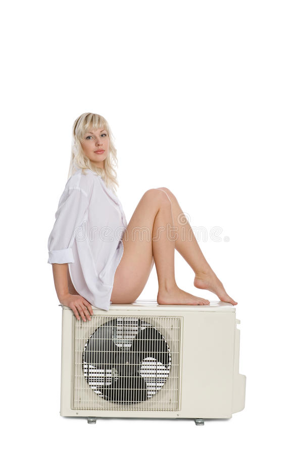A menina atrativa anuncia o condicionador de ar imagem de stock royalty free