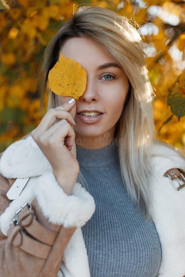 Menina atrativa bonita com olhos azuis na roupa sazonal fotografia de stock royalty free