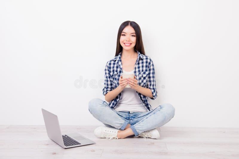 Menina atrativa, bonito, encantador que senta-se no assoalho com crosss foto de stock