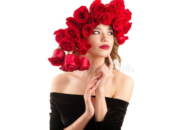 Menina atrativa com penteado luxuoso de rosas vermelhas fotos de stock royalty free
