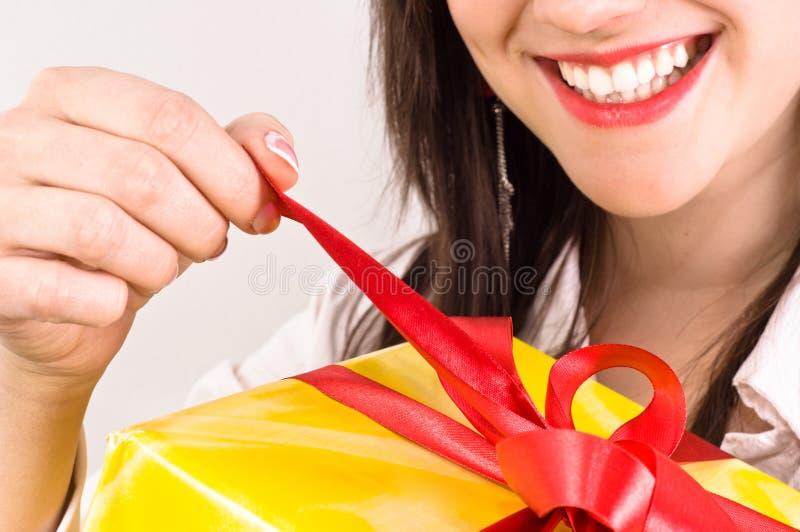 Menina atrativa com uma expressão alegre imagem de stock