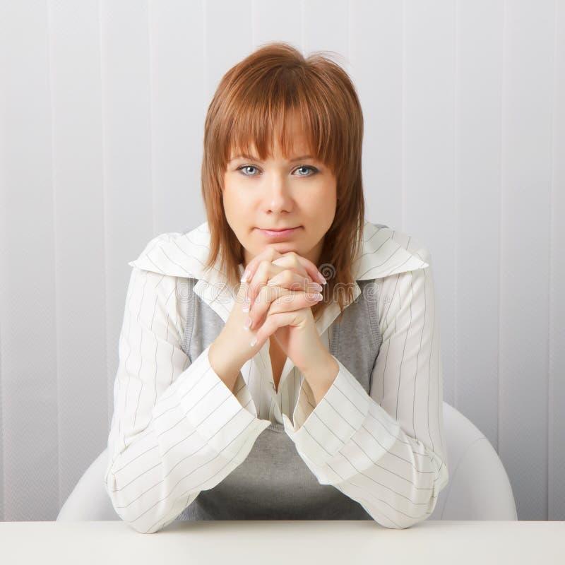 Menina atrativa do negócio quieto no escritório. imagens de stock