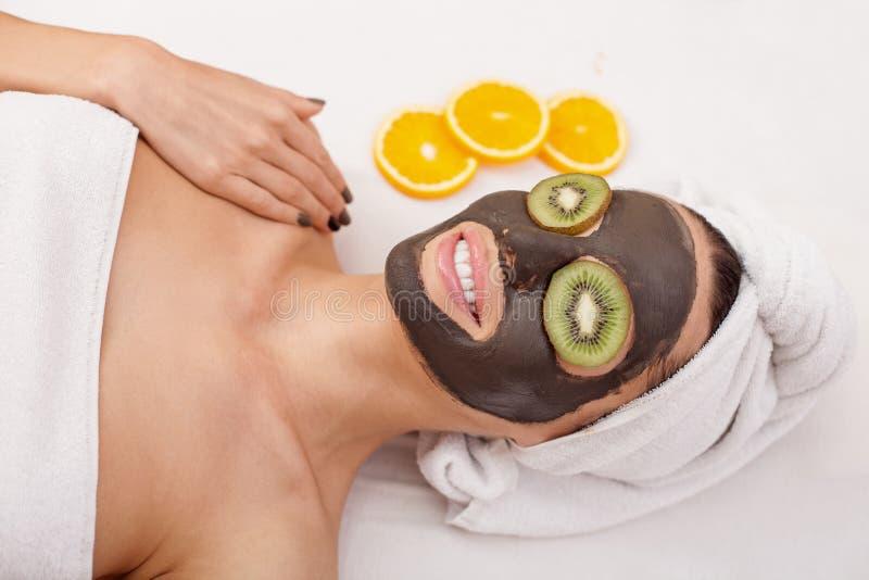 A menina atrativa está tendo o tratamento dos cuidados com a pele fotos de stock royalty free