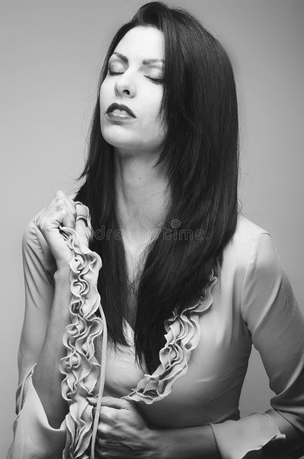 Menina atrativa, mulher com cabelo preto longo sobre um backgrou cinzento imagens de stock