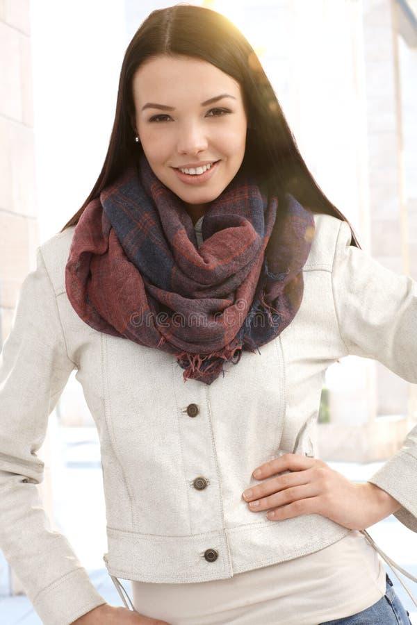Menina atrativa na cidade no outono imagens de stock