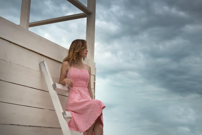 Menina atrativa na estação da salva-vidas fotos de stock