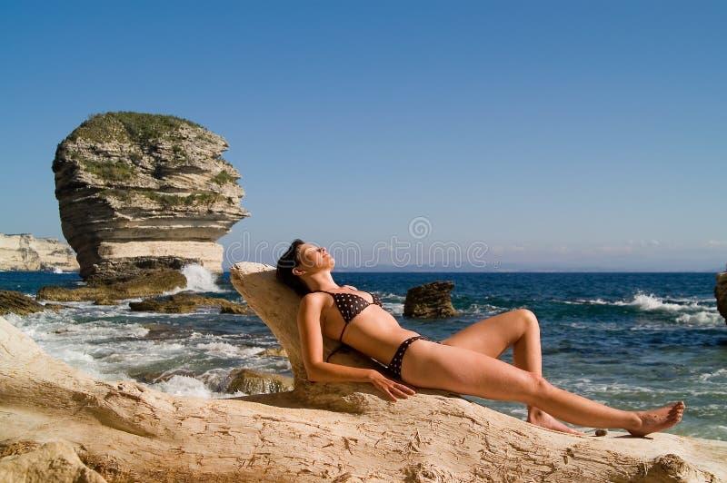 Menina atrativa na praia imagem de stock royalty free