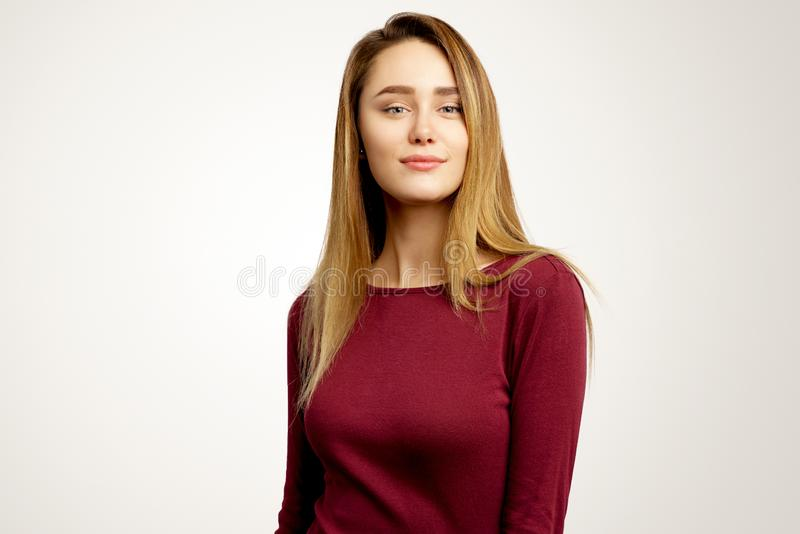 Menina atrativa na roupa ocasional O modelo de encantamento olha seriamente em linha reta na câmera imagem de stock royalty free