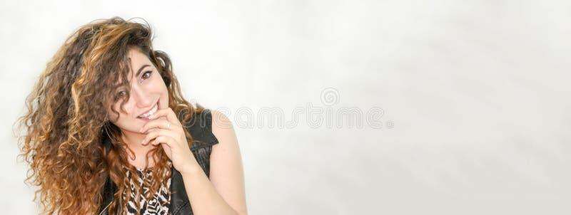 menina atrativa no fundo branco Flertando e guardando um dedo na boca foto de stock