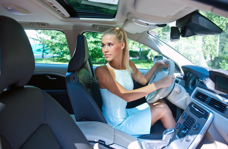 Menina atrativa que estaciona seu carro fotografia de stock royalty free