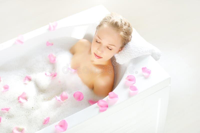 Menina atrativa que relaxa no banho fotos de stock royalty free