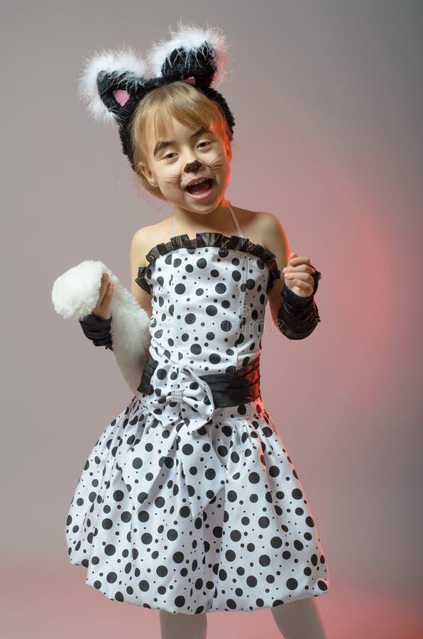 Menina atrativa vestida como um gato em um fundo cinzento imagens de stock royalty free