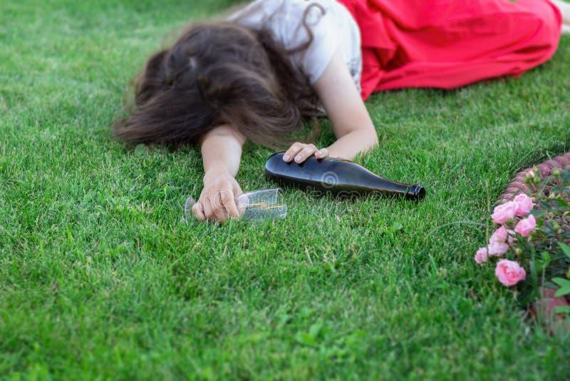 Menina bêbada que dorme no parque após o partido imagens de stock royalty free