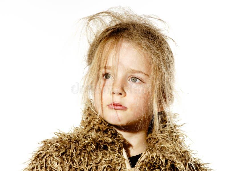 A menina bagunçado da criança em idade pré-escolar com cabelo longo vestiu-se no casaco de pele foto de stock royalty free