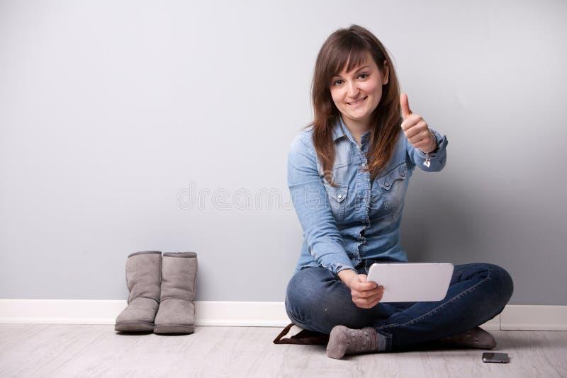 Menina bem sucedida ordinária que mostra fora os dedos foto de stock royalty free