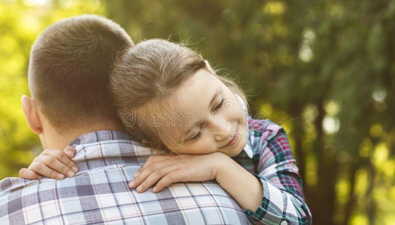 A menina blondy bonita está afagando com seu pai fotografia de stock