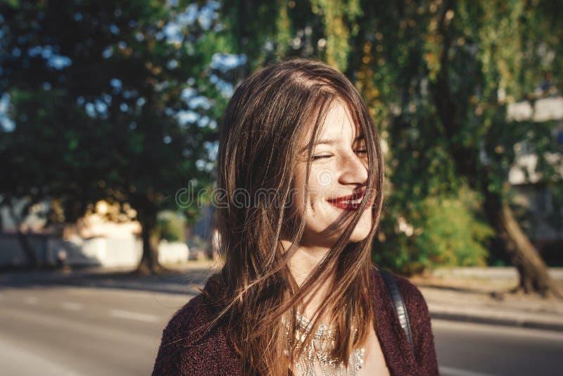 Menina boêmia à moda com joia moderna e olhar elegante passeio em nivelar a cidade do verão Menina despreocupada do boho feliz qu imagem de stock