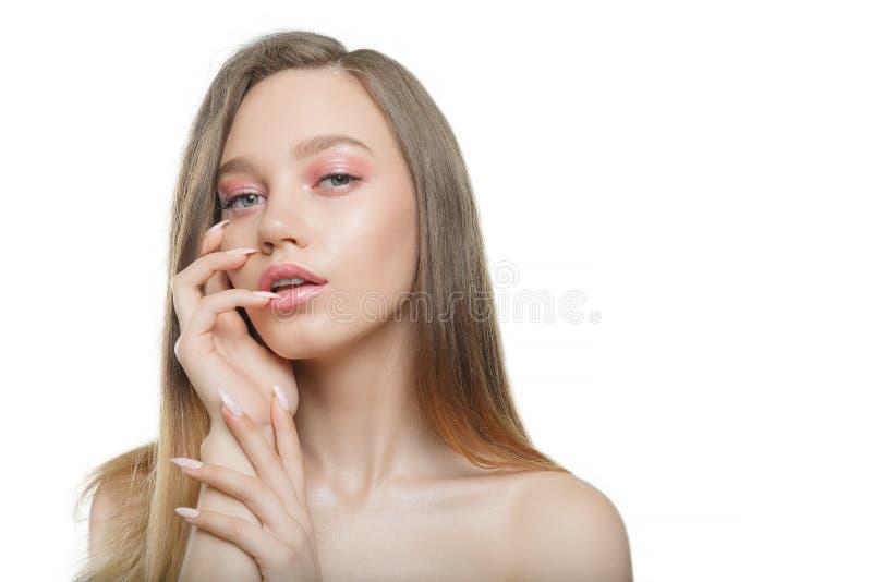 Menina bonita à moda com o cabelo de fluxo que olha a câmera com expressão facial feliz alegre fotos de stock royalty free