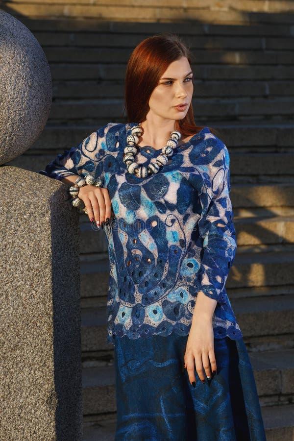 Menina bonita à moda nos roupas de grife fotos de stock
