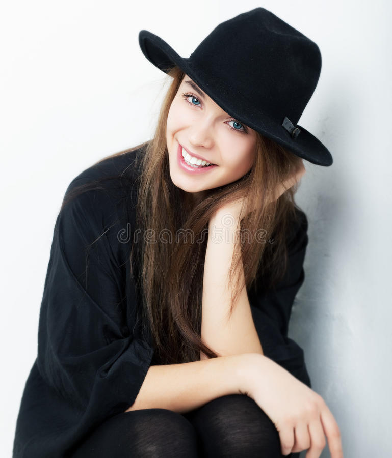 A menina bonita alegre no preto veste o close up imagens de stock