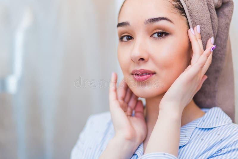 Menina bonita após o banho que toca em sua cara Pele perfeita, skincare imagens de stock royalty free