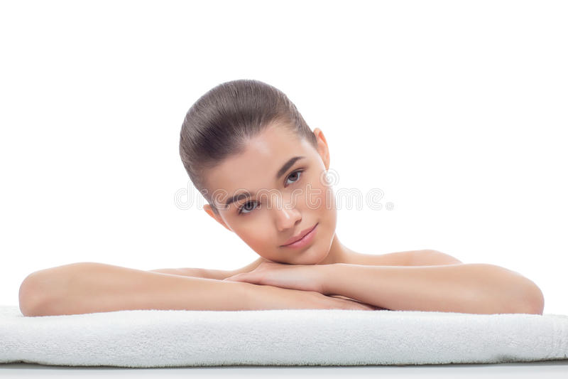 Menina bonita após procedimentos cosméticos, face lift, esteticista de visita, massagem imagens de stock royalty free