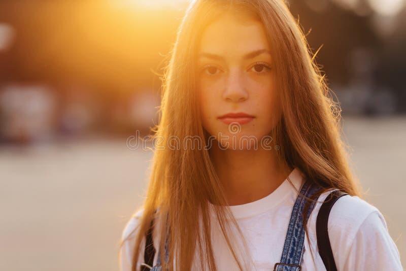 Menina bonita atrativa do retrato de Closup com caminhada da pasta no st fotografia de stock