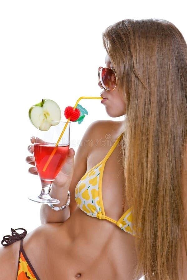 A menina bonita bebe um cocktail imagem de stock