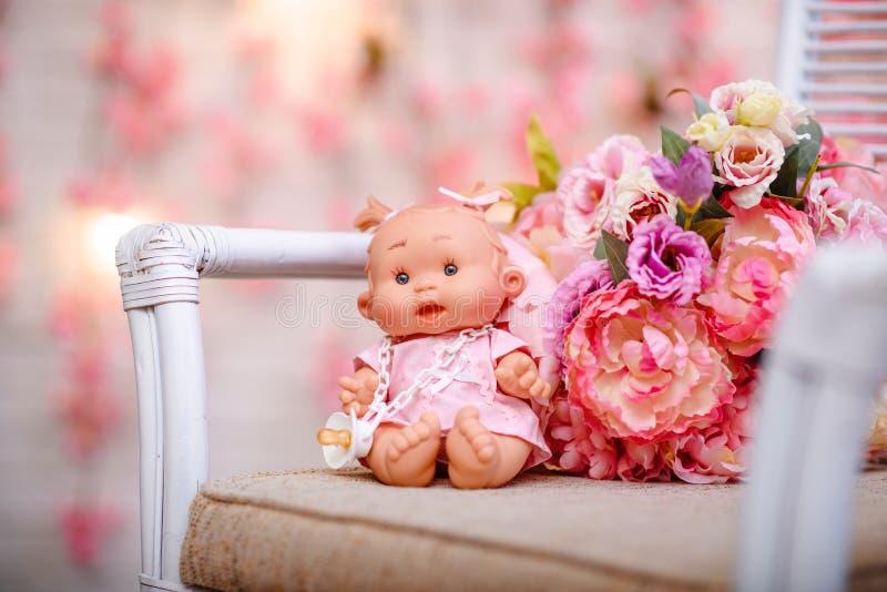 Menina bonita, boneca com flores, grinalda floral O engodo da forma fotografia de stock royalty free