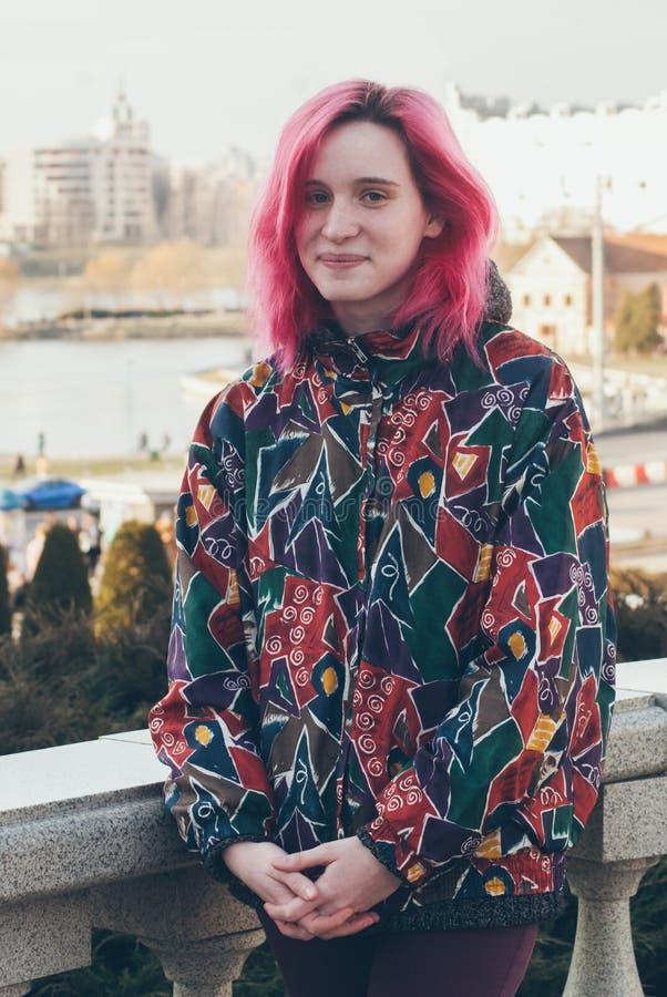 Menina bonita bonito fresca engraçada do moderno, no fundo da cidade da manhã, roupa ocasional brilhante, estilo urbano da menina imagem de stock royalty free