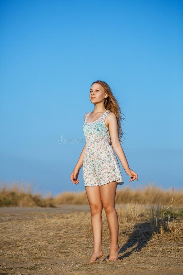 Menina bonita bonito no vestido do verão que levanta na natureza foto de stock royalty free